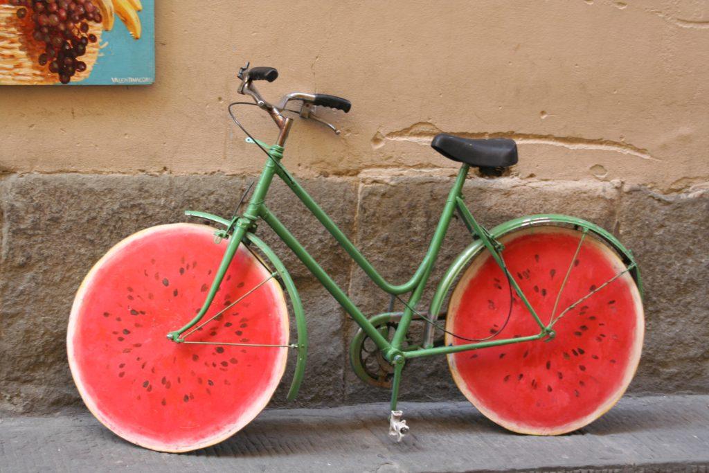 vélo personnalisé avec des roues pastèque