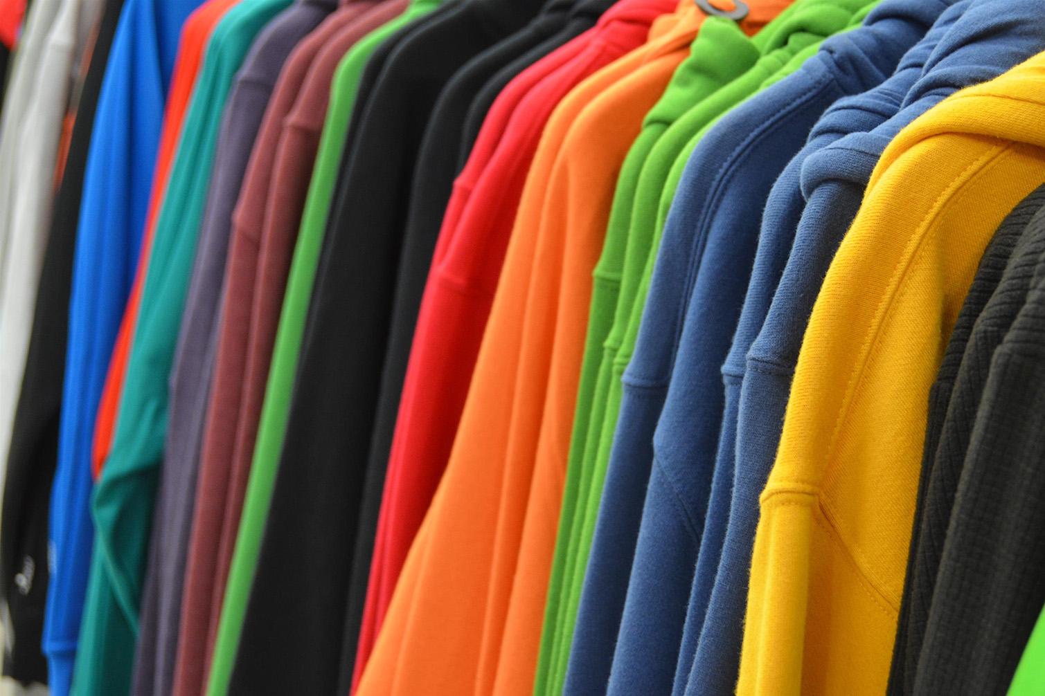 portant avec vêtements de couleur pour personnalisation click & fabric